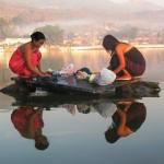 1280px-Burmese_girls_laundring_in_the_lake435